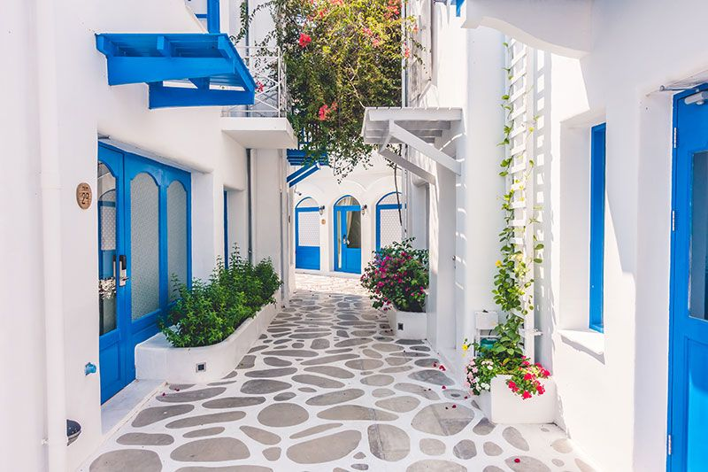 casas mediterraneas con pintura blanca y azul
