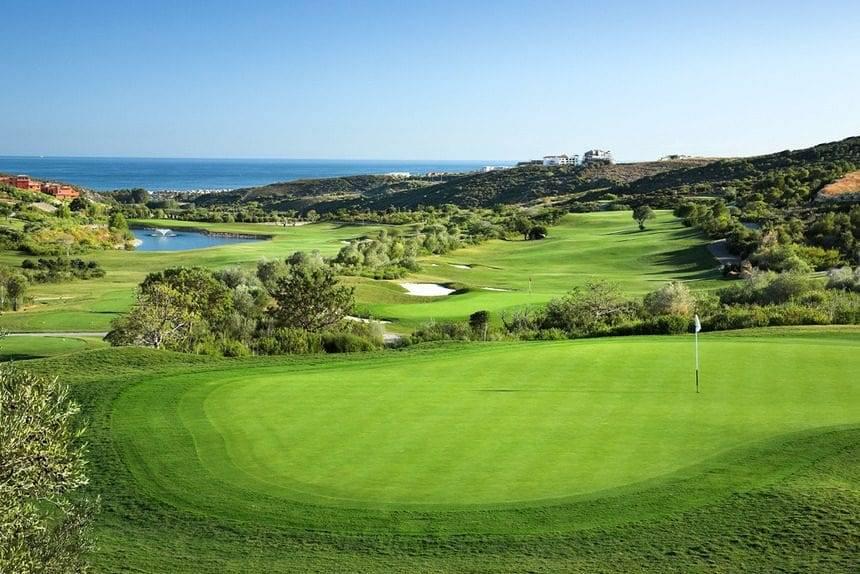 Quabit Casares Golf propiedad en frente de campos de golf en la Costa del Sol
