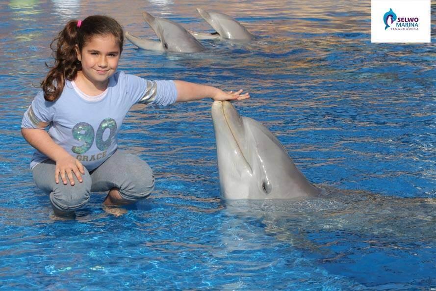 Niña en Selwo Marina con un Delfin