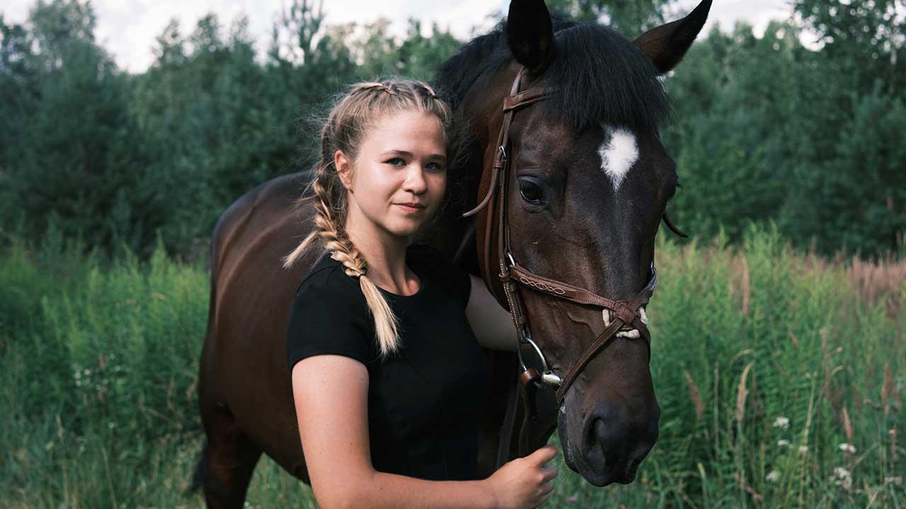 Una chica joven con su caballo