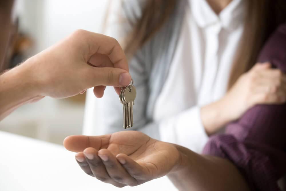 Entrega de llaves al comprar una casa