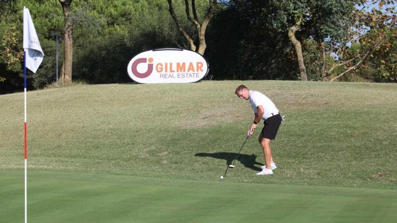 Golfista realizando un golpe en el VIII Circuito de Golf de Sotogrande