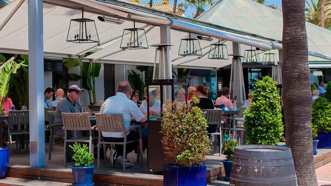 Turistas disfrutando del restaurante KE Sotogrande